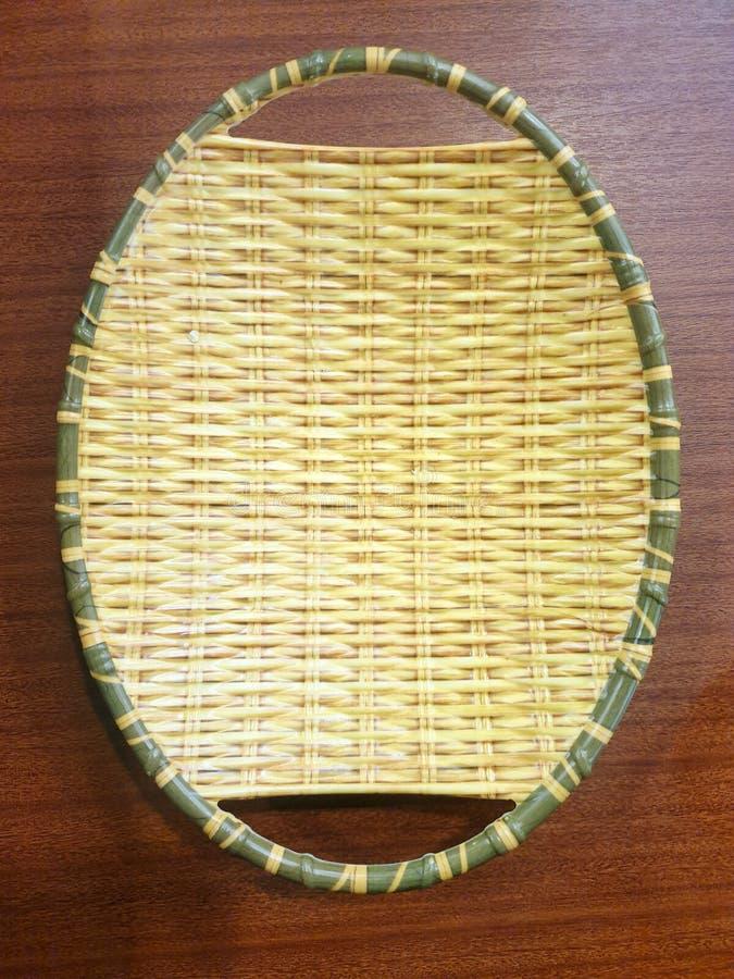 Взгляд сверху плетеной корзины использован для установки овощей или плодов стоковые изображения