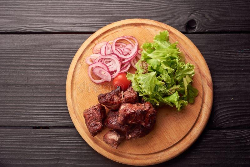 Взгляд сверху плиты отрезанной сосиски украшенной с ароматичными травами Сосиска на деревянном диске ресторанного обслуживании, п стоковое фото rf
