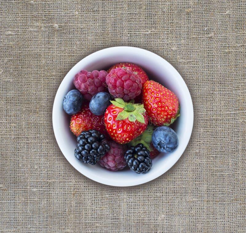 Взгляд сверху Плодоовощи и ягоды в шаре Зрелые поленики, клубники, ежевики и голубики Предпосылка смешивания приносить с стоковые изображения