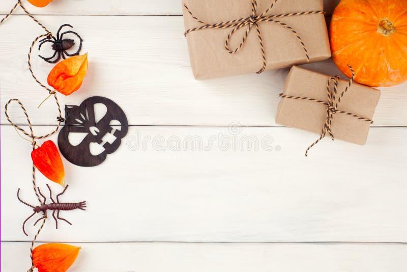 Взгляд сверху/плоские тыква ` s хеллоуина положения и аксессуары или паук и подарок/настоящий момент деталей на деревенской дерев стоковая фотография