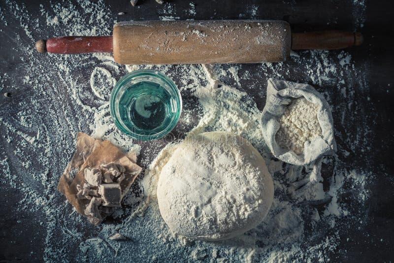 Взгляд сверху подготовки для печь домодельное тесто для пиццы стоковые фотографии rf