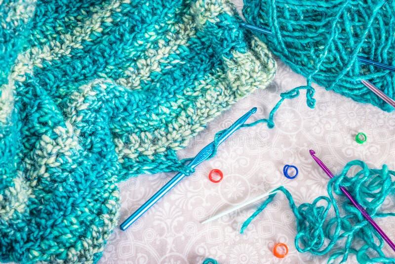 Взгляд сверху поставок пряжи и вязания крючком teal стоковое изображение rf