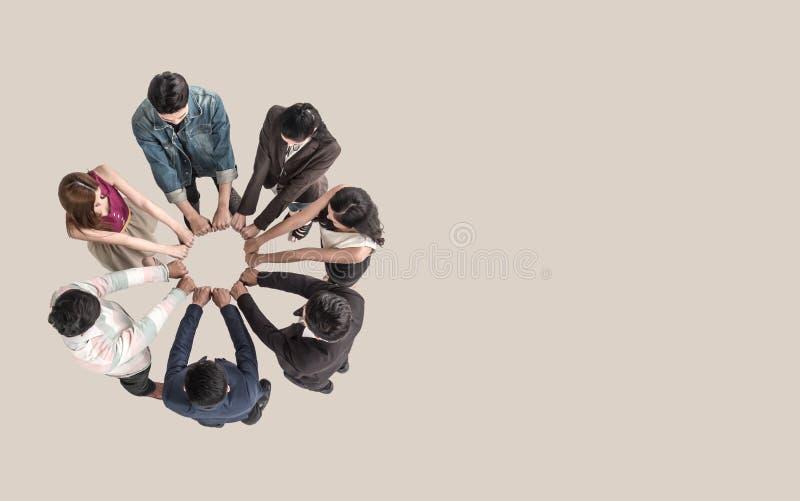 Взгляд сверху предназначенных для подростков людей в рему кулака команды собрать совместно стоковые фото