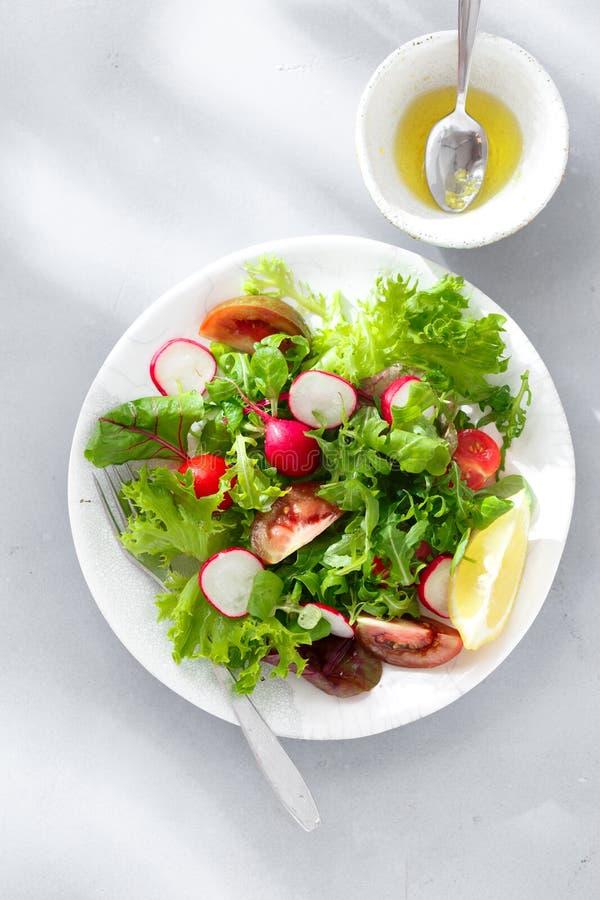 Взгляд сверху предпосылки здорового салата плиты завтрака свежего серое конкретное стоковое изображение