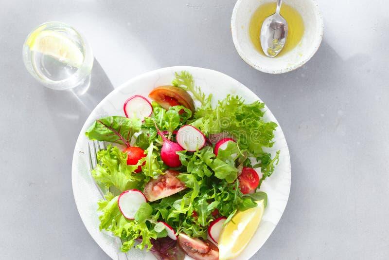 Взгляд сверху предпосылки здорового салата плиты завтрака свежего серое конкретное стоковое изображение rf