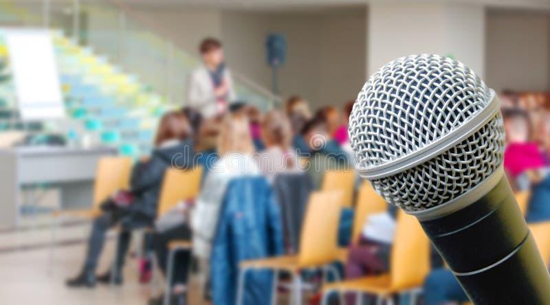 Взгляд сверху предпосылки и микрофона нерезкости конференц-зала стоковые изображения