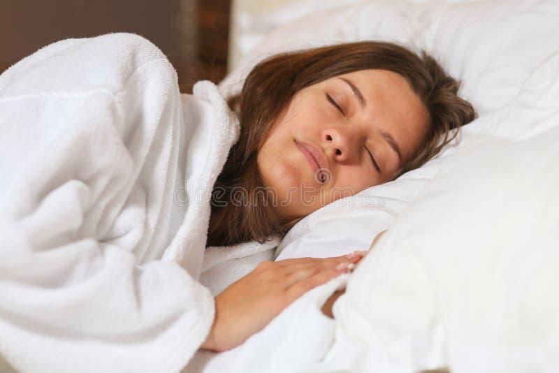 Взгляд сверху привлекательной молодой женщины спать хорошо в кровати обнимая мягкую белую подушку Девочка-подросток отдыхая, конц стоковое изображение rf