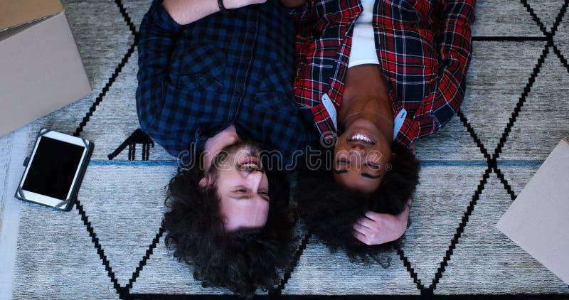 Взгляд сверху привлекательных молодых многонациональных пар стоковое фото rf