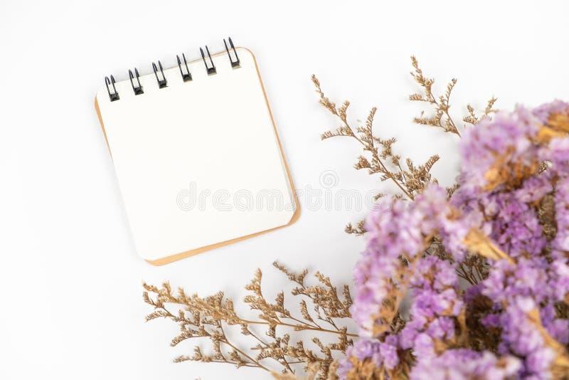 Взгляд сверху примечания чистого листа бумаги с букетом цветка стоковые фотографии rf