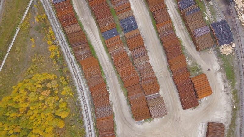 Взгляд сверху промышленной зоны расположенной около желтого леса, природа осени r Вид с воздуха складов и стоковое изображение