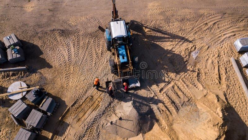 Взгляд сверху промышленной машины ролика дороги изолировал текстуру, работающ и делает новую дорогу стоковая фотография rf