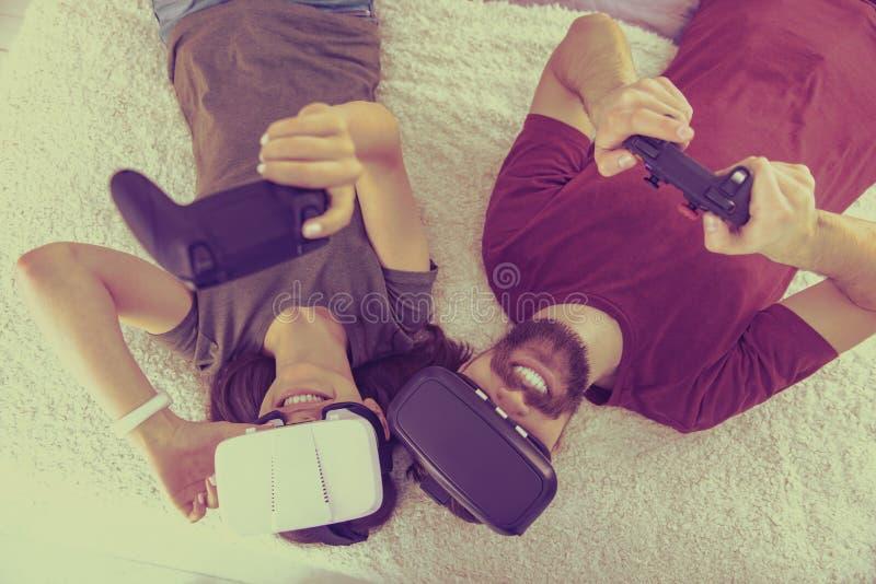 Взгляд сверху профессиональных gamers испытывая стекла VR стоковая фотография