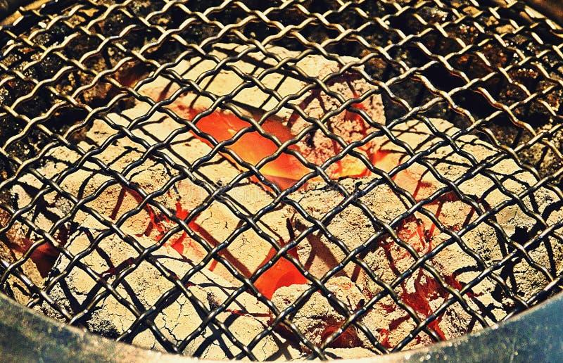 Взгляд сверху пустого и чистого гриля угля барбекю с пламенами огня, конца вверх стоковое изображение rf