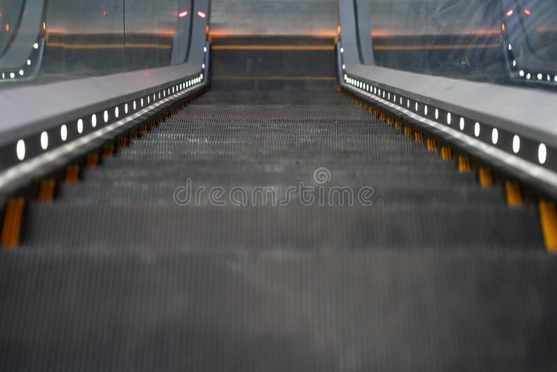Взгляд сверху пустого эскалатора идя вниз moving лестница стоковое фото rf