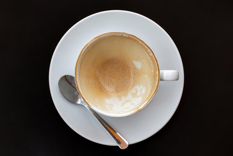 Взгляд сверху пустой кофейной чашки после напитка на черной предпосылке таблицы стоковое изображение rf