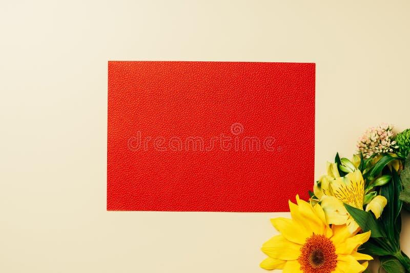 взгляд сверху пустым аранжированных Красным знаменем цветков солнцецвета и лилии стоковое изображение rf