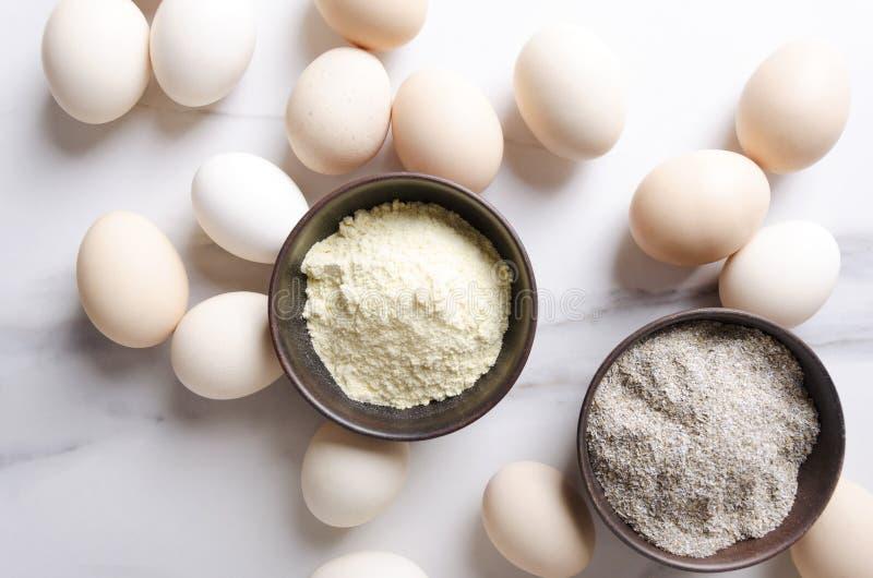 Взгляд сверху различных видов муки и серии яя на белом кухонном столе Подготовка традиционных ингредиентов для делать тесто стоковое фото