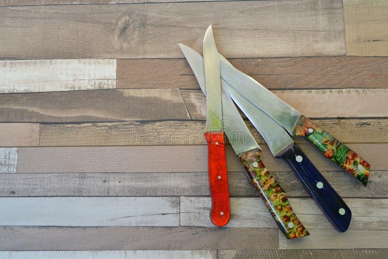 Взгляд сверху различных ножей на деревенской деревянной столешнице, с космосом экземпляра стоковое изображение