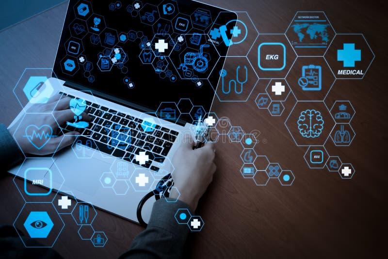 Взгляд сверху руки доктора медицины работающ с современным компьютером стоковые изображения rf