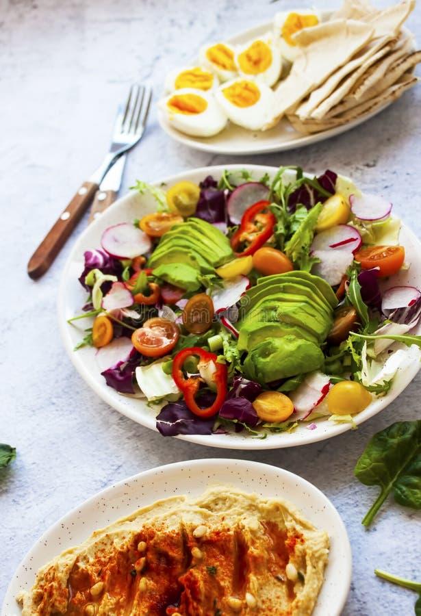 Взгляд сверху салата сделал со свежими, полезными овощами стоковое фото