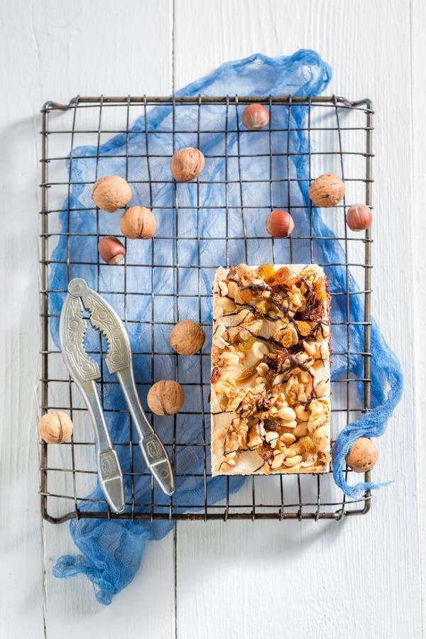 Взгляд сверху свежего шоколадного торта с грецкими орехами и moouse стоковое изображение