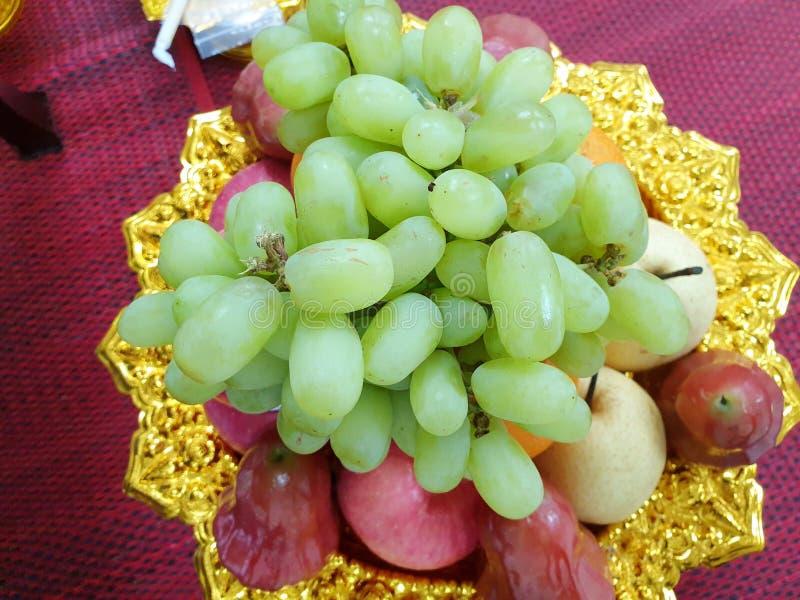 Взгляд сверху свежей зрелой зеленой виноградины, поднял яблоко, и китайская груша стоковые фото