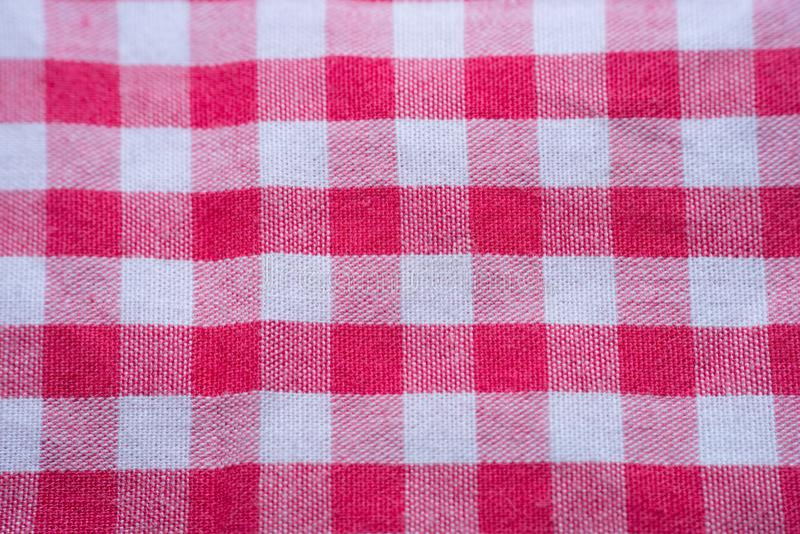 Взгляд сверху связанного красного смычка ленты на предпосылке текстуры картины холстинки firebrick стоковое изображение rf