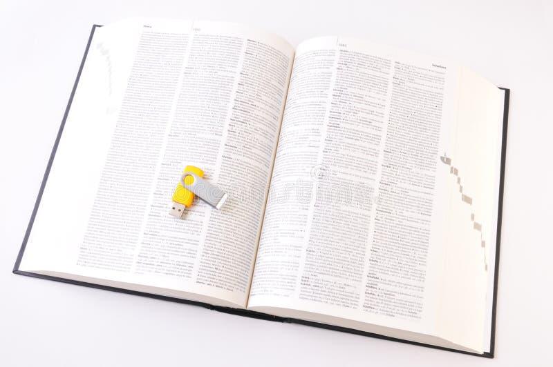 взгляд сверху словаря цифровой открытый бумажный против стоковое изображение