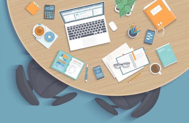 Взгляд сверху современного стильного круглого деревянного стола в офисе, стульях, канцелярские товарах, компьтер-книжке, папке иллюстрация штока