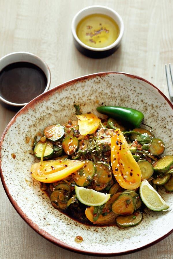 Взгляд сверху соуса гайки салата здоровой плиты завтрака свежий стоковые фотографии rf