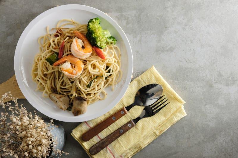 Взгляд сверху спагетти на таблице стоковые изображения