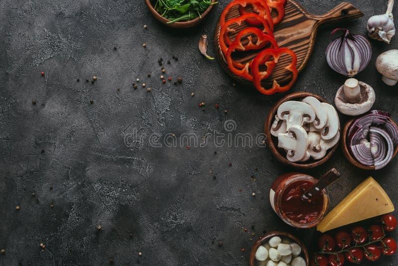 Взгляд сверху сырцовых ингридиентов пиццы стоковые изображения rf
