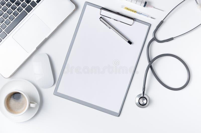 Взгляд сверху таблицы стола доктора с стетоскопом стоковые фотографии rf