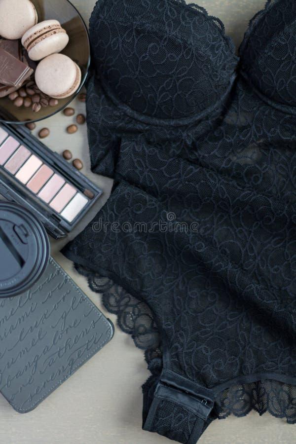 Взгляд сверху тела женское бельё шнурка женщин Плоское положение стоковое фото rf