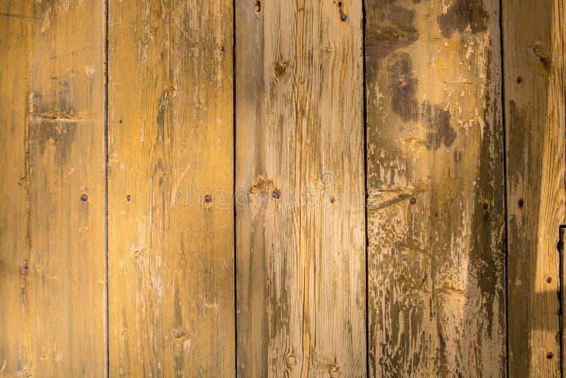 Взгляд сверху темной задней части конспекта текстуры Брайна естественной деревенской деревянной стоковое фото