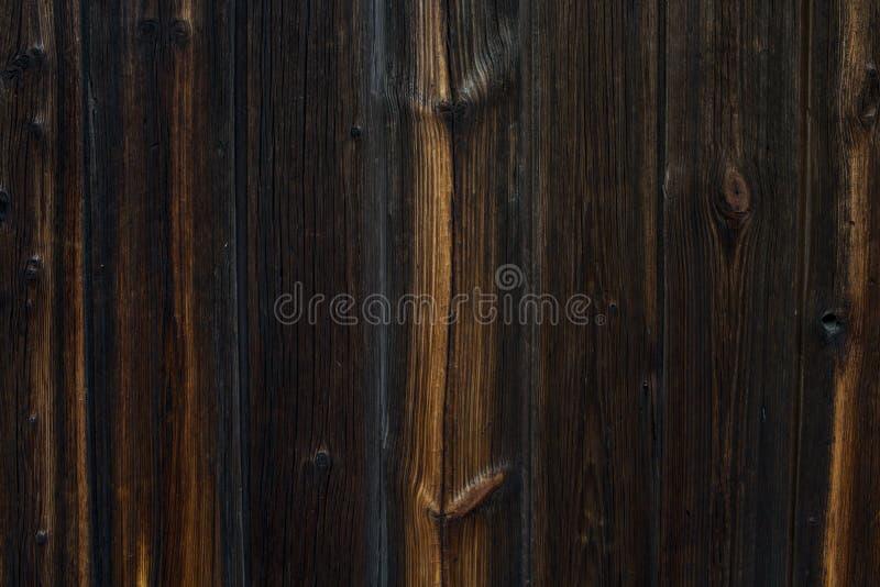 Взгляд сверху темной задней части конспекта текстуры Брайна естественной деревенской деревянной стоковое изображение