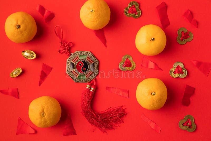 взгляд сверху украшений и tangerines золотых слитков восточных стоковые изображения rf