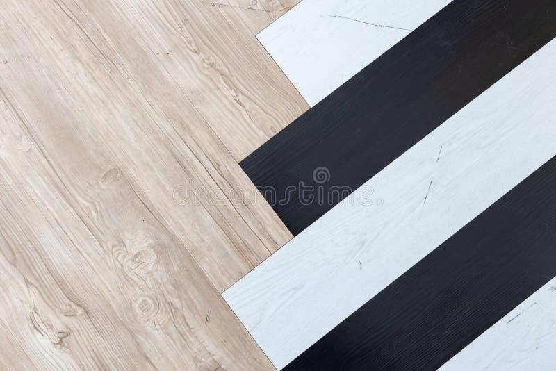 Взгляд сверху черной, белой и коричневой деревянной шевронной текстуры предпосылки пола стоковые фотографии rf