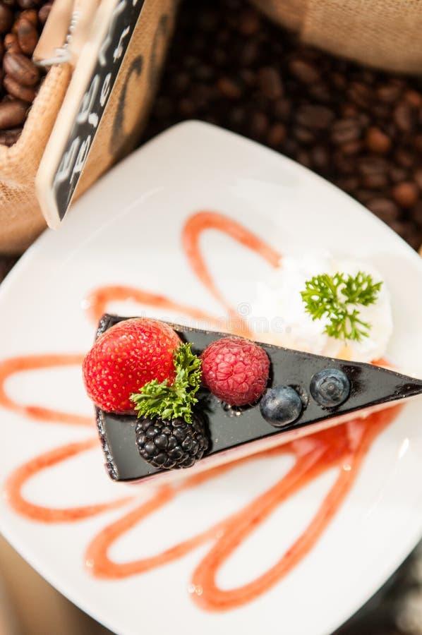 Взгляд сверху чизкейка ягод смешивания стоковое фото