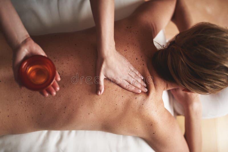 Взгляд сверху шара массажа с эфирным маслом стоковая фотография