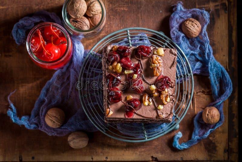 Взгляд сверху шоколадного торта с вишней и гайками стоковое фото