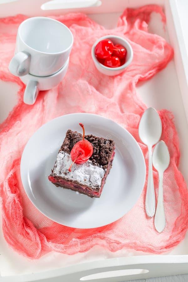 Взгляд сверху шоколадного торта с крошит и вишни стоковая фотография