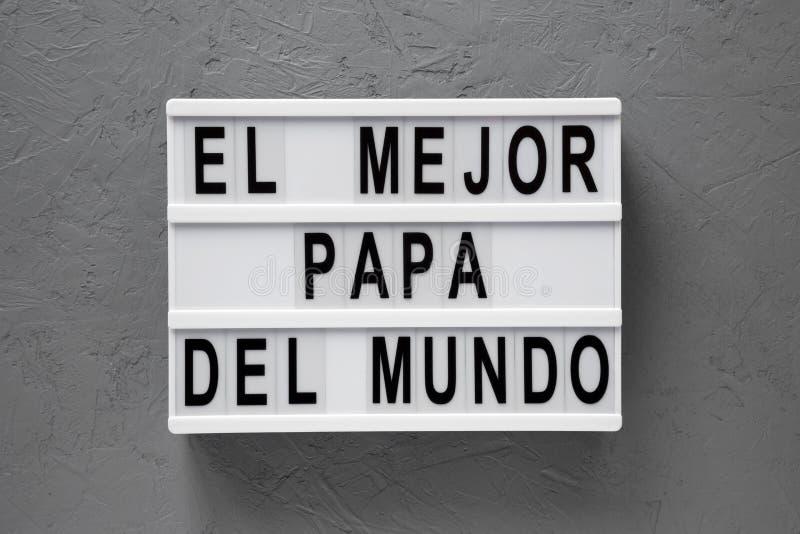"""Взгляд сверху, """"El слова Mejor Папы Del Mundo """"на современной доске над конкретной поверхностью r День отца стоковое изображение rf"""