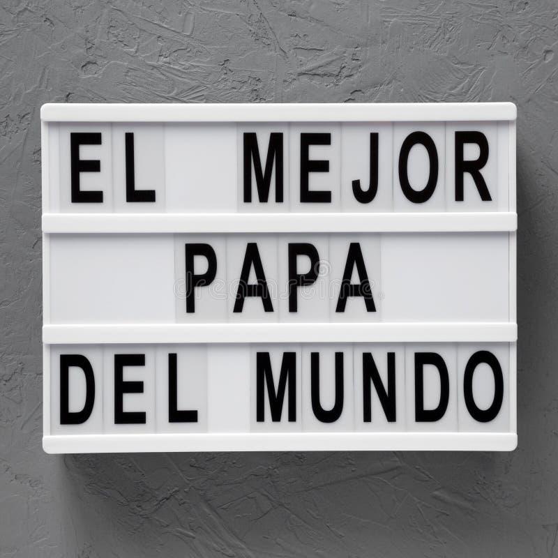 """Взгляд сверху, """"El слова Mejor Папы Del Mundo """"на современной доске над конкретной поверхностью r День отца стоковая фотография rf"""