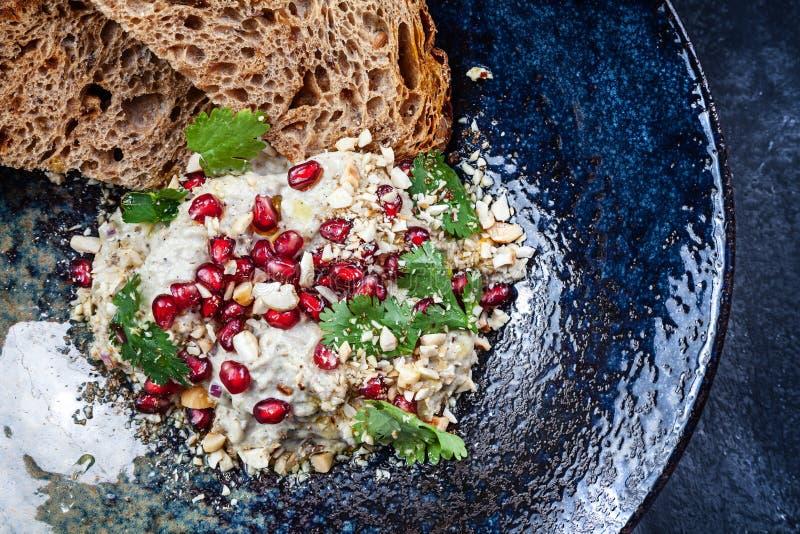 Взгляд сверху ghanoush Бабы в темной плите Традиционная ближневосточная кухня E Закуска помятого сваренного баклажана смешанного  стоковые фотографии rf