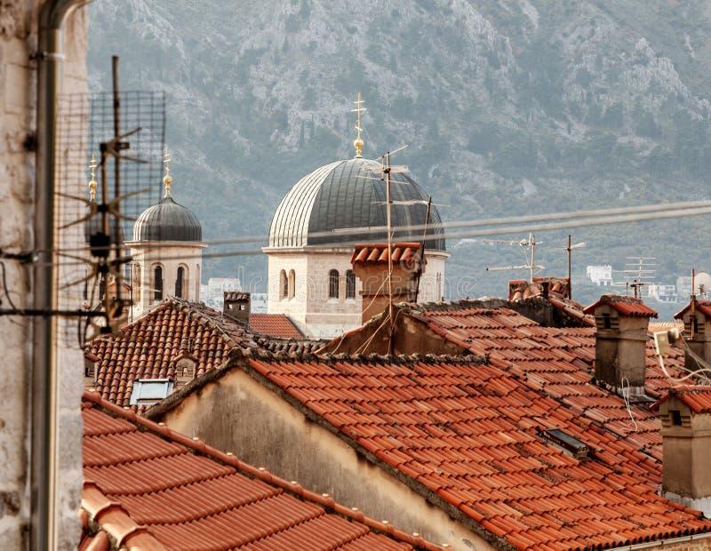 Взгляд сверху Kotor Верхние части крыши старого городка Kotor, Черногории популярное destanation для перемещения в Европе стоковая фотография
