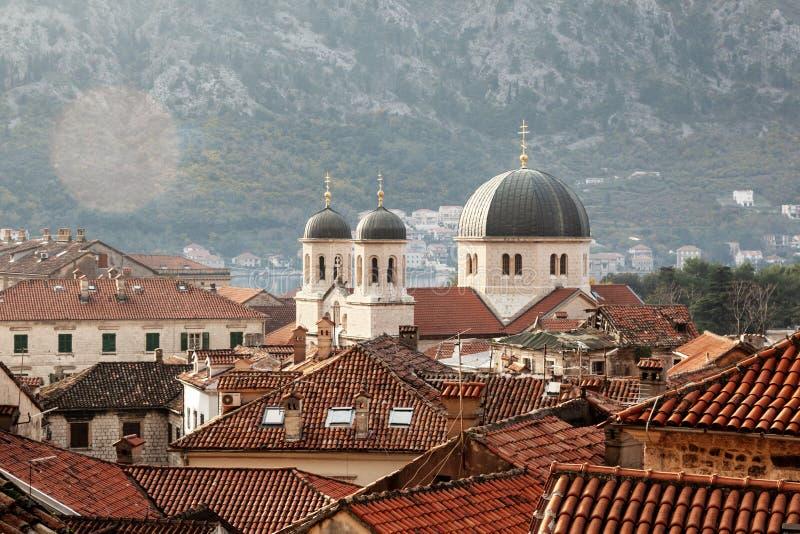 Взгляд сверху Kotor Верхние части крыши старого городка Kotor, Черногории популярное destanation для перемещения в Европе стоковые изображения rf