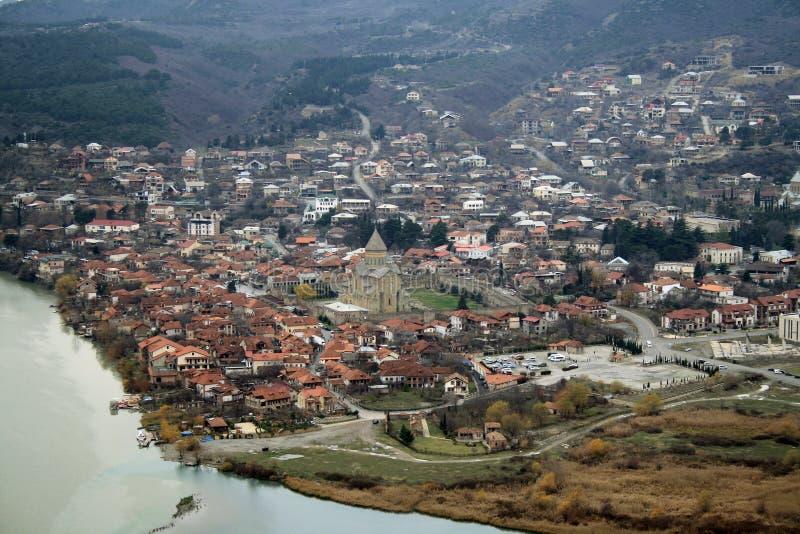 Взгляд сверху Mtskheta, Georgia, старый городок лежит на стечении рек Mtkvari и Aragvi Собор Svetitskhoveli стоковая фотография