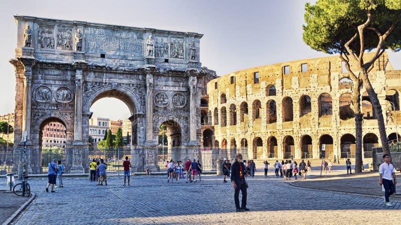 Взгляд свода Константина и Colosseum от через dei Fori Imperiali стоковое изображение