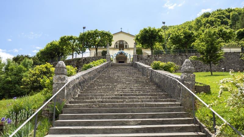 Взгляд святилища Altino и своей лестницы Город альбиноса, Бергама, Италии стоковое фото rf